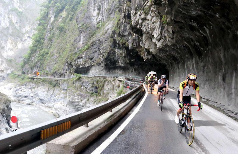 車手通過「無限延伸」燕子口路段。(中華自行車騎士協會提供)