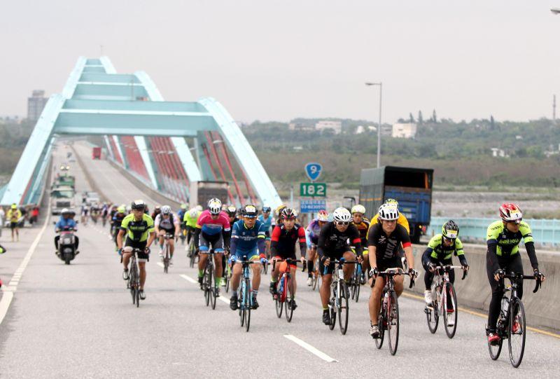 車手衝越太魯閣大橋。(中華自行車騎士協會提供)