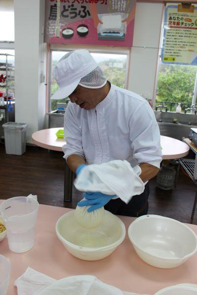 在愛愛農場可嘗 試各種手作食品,如做豆腐便簡單好玩。(圖片:雄獅旅遊)
