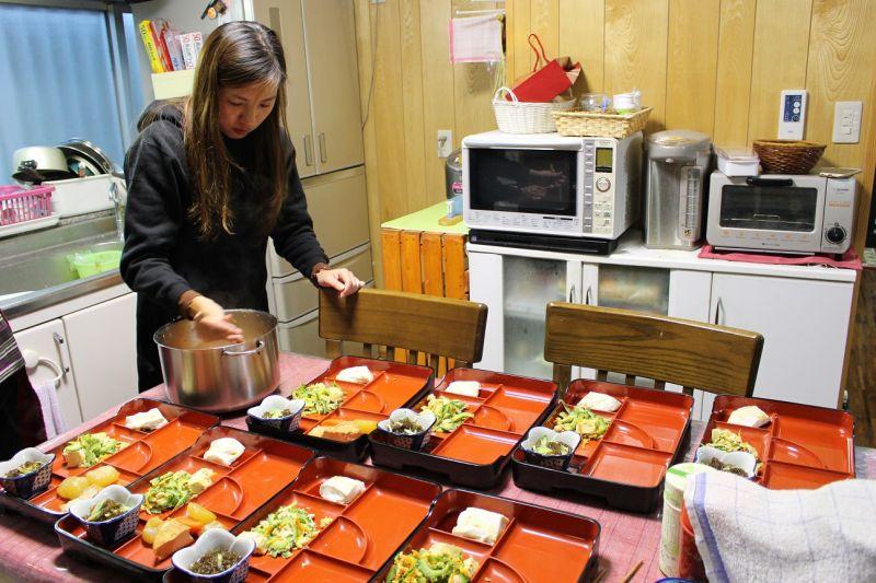 在民泊幫忙一起做飯,是很難得的體驗。(圖片:雄獅旅遊)