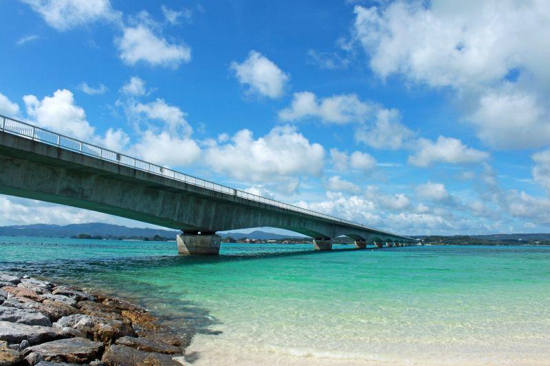 有「古宇利藍」之稱的大海和神聖的古 宇利橋,是沖繩最令人心醉的畫面之一。(圖片:shutterstock)