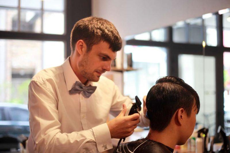 Daniel 理髮非常注重細節,尤其是髮際邊緣 修飾更是用心。(吳東峻提供)