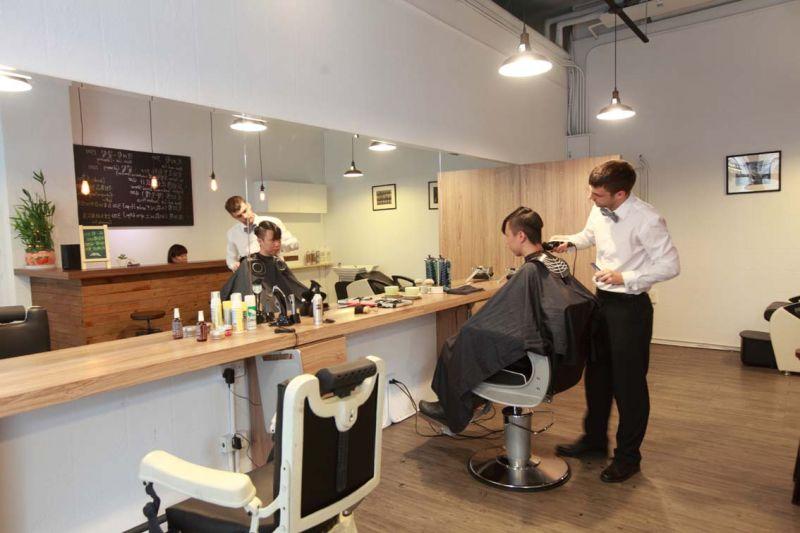 工業風格內裝加上兩個特殊造型的理髮椅, 這就是Daniel 的理髮工作室。(吳東峻提供)