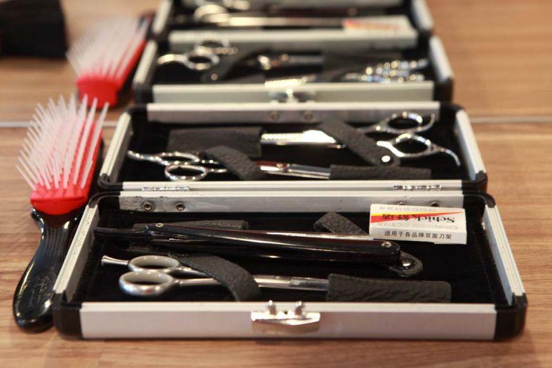整套刀剪是 Daniel 從國外帶進來的,工欲善其事必先利其 器的道理舉世皆然。(吳東峻提供)