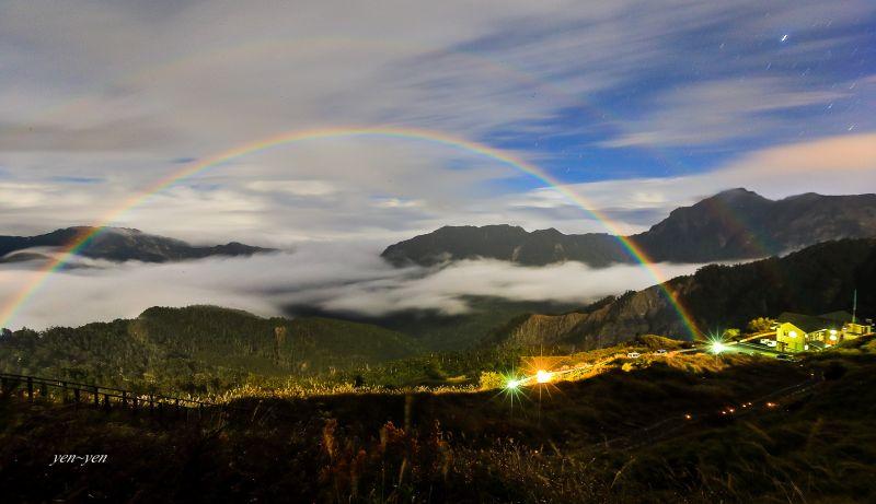 原來半夜也能看見彩虹,拍到合歡夜霓虹的那幕讓人難忘。圖/鄭妍妍 提供