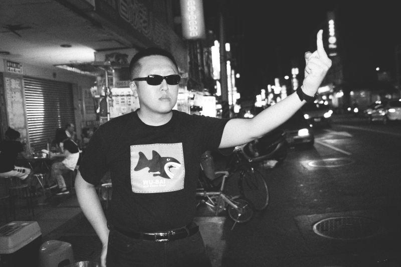 中坡不孝生身著Akibo設計的伍佰「雙面人」鯊魚頭T恤。(羅元成攝)