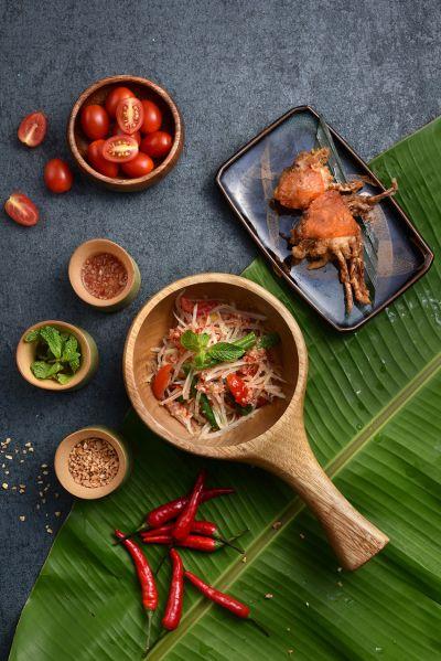 泰式青木瓜沙拉加香酥軟殼蟹。(Asia 49亞洲料理及酒廊提供)