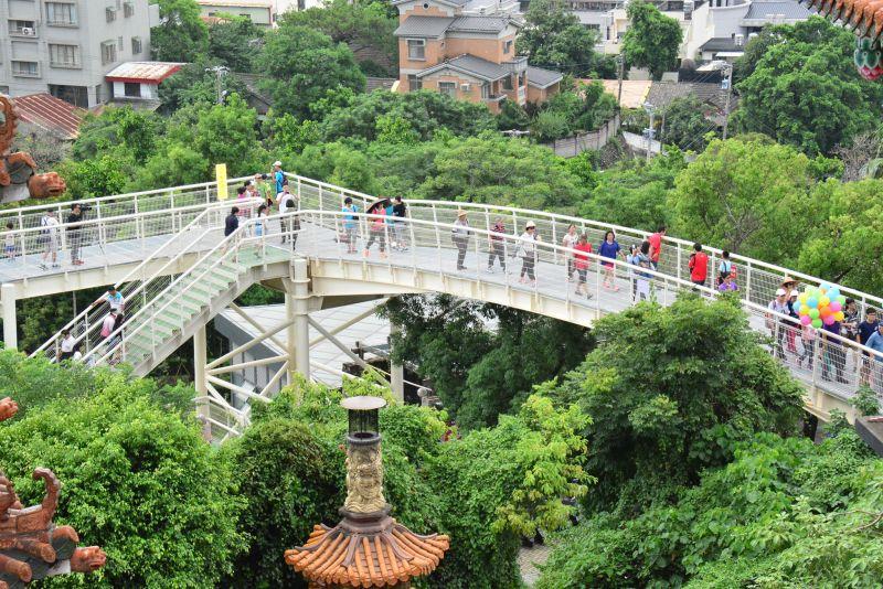 八卦山天空步道啟用典禮,民眾前往散步 圖/彰化縣政府提供