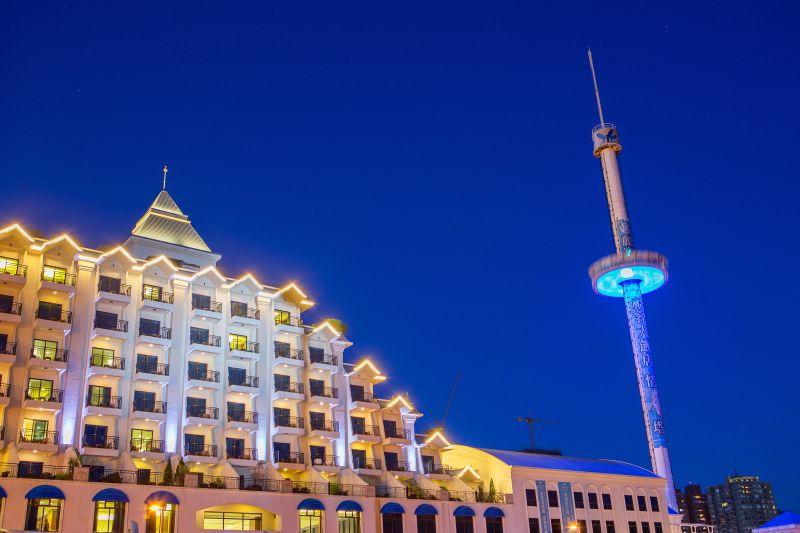 首次舉辦七夕情人節活動的福容飯店,船體外型相當吸睛,右方為著名的情人塔/圖攝 哈米貓