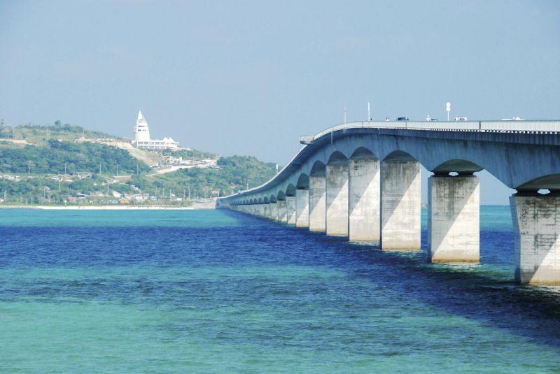 古宇利橋橫跨陽光下閃閃發亮的「古宇利藍」海水。(Photo│欣傳媒)