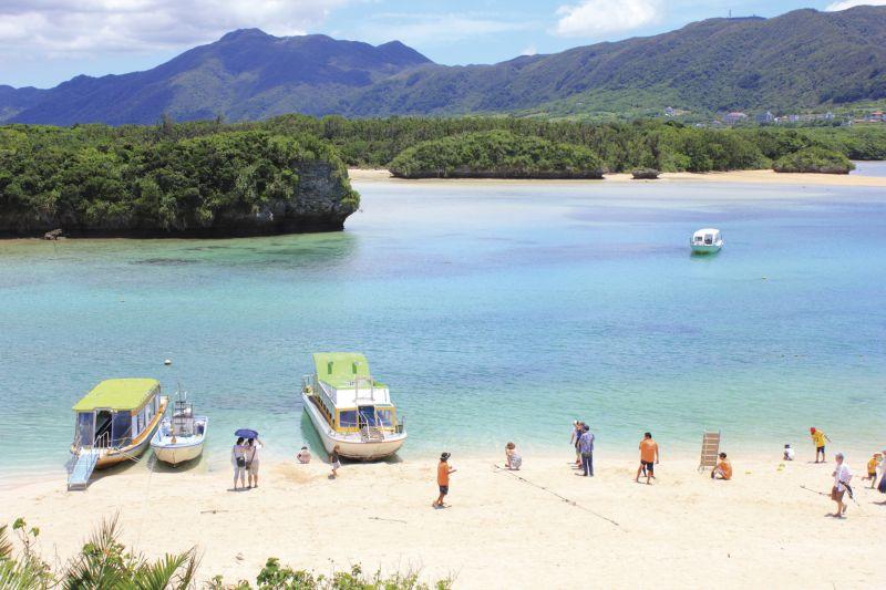 川平灣被譽為「石垣島的馬爾地夫」, 海灣清澈透明,還可搭乘玻璃船欣賞珊瑚。(Photo│123RF)