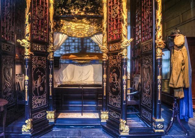 金碧輝煌的主人臥室(圖片來源:http://bit.ly/2bjNo5V)