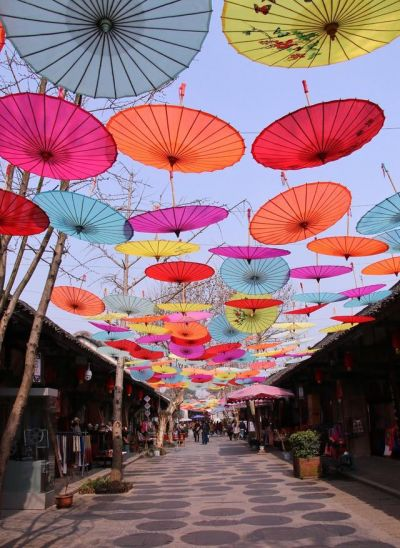 懸空的彩色傘已經成了老街一道靚麗的風景線(圖片來源:一蟹走田涯http://bit.ly/2aX8tnk)