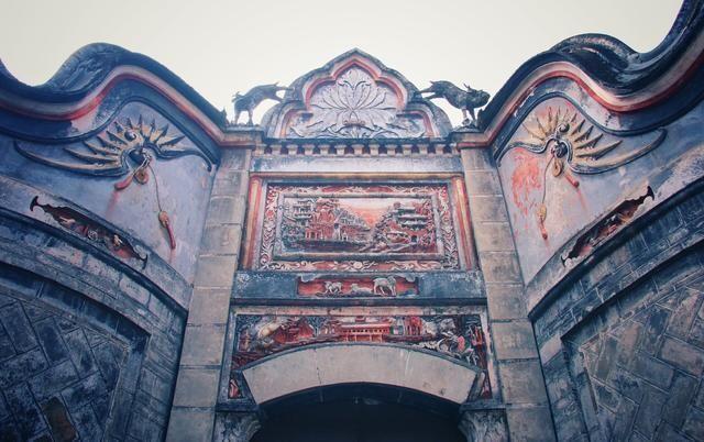 華麗的門樓雕刻採用嶺南傳統的「灰塑」工藝,立體感強、色彩豐富、造型易懂(圖片來源:一蟹走田涯http://bit.ly/2aX8tnk)