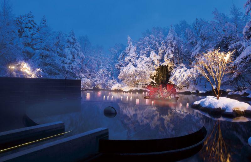 青森屋向外延伸的露天浴池「浮湯」,讓 人泡湯時有種漂浮在湖泊之中的錯覺。(Photo│青森屋)