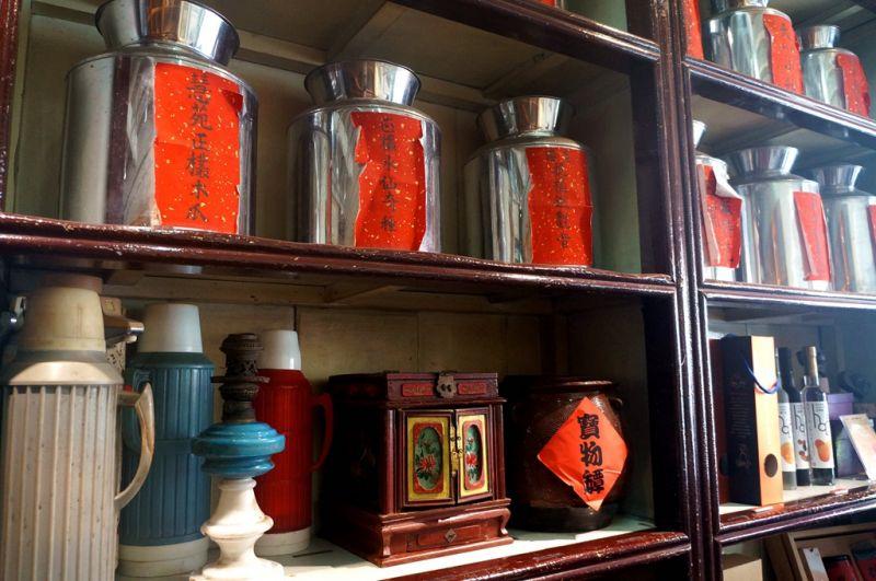 一走進捷發乾記茶莊,便可看到許多茶葉種類及復古的水壺、茶杯等。(Sheila Hsu攝影)