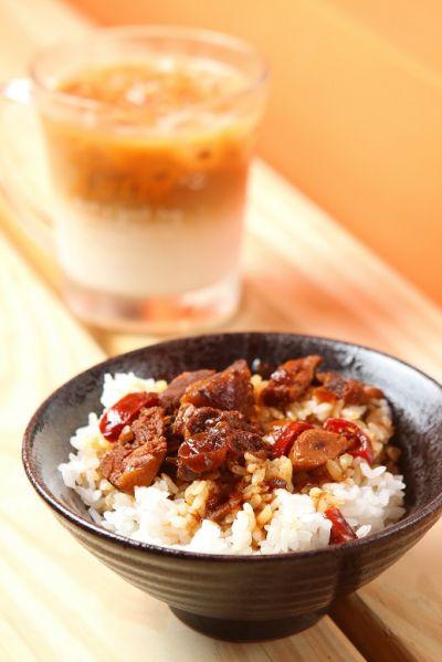 35元魯肉飯佐咖啡,咀嚼簡單美好生活。(盧育君攝影)