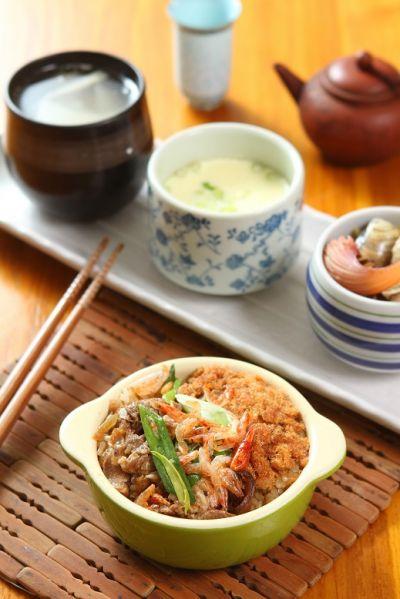 百美民宿早餐2擇1,中式:油飯、蔬菜海鮮盅、季節湯品,西式:三明治佐沙拉、現打果汁,元氣滿滿。(盧育君攝影)