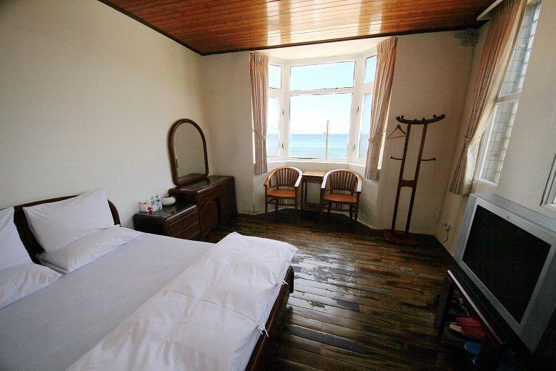 百美民宿2間套房、2間通舖簡單樸實,海風伴遊。(盧育君攝影)