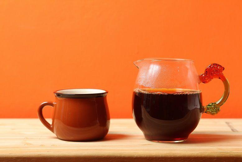 啜飲手沖咖啡,還有以精品咖啡豆,經1.5天萃取、再真空低溫冷藏醇化蘊釀的冰滴咖啡,一周限量6杯。(盧育君攝影)