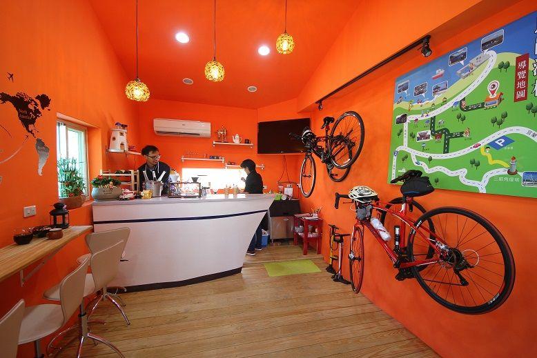 石頭屋裡一室咖啡香,還有他們最愛的單車裝備。(盧育君攝影)