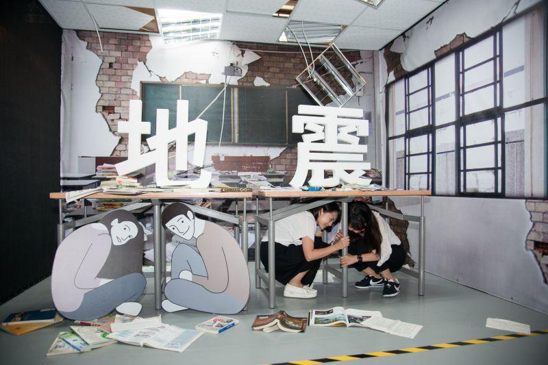 防災地震桌的設計概念是為了提供學童在地震發生時,有安全的庇護場所,桌下的空間足夠容納2個學童;圖片提供/台北市文化局
