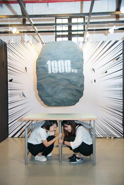 防災地震桌最高可承受重達1000公斤(1公噸)的重量,桌下的空間足夠容納2個學童;圖片提供/台北市文化局