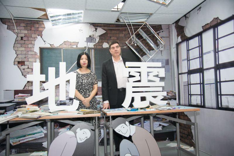 臺北市文化局長謝佩霓及以色列駐臺代表Asher Yarden於防災地震桌前合影;圖片提供/台北市文化局