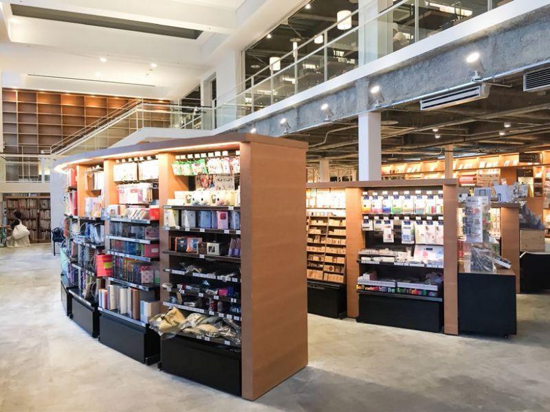 蔦屋書店圓弧狀的陳列風格,展現出日本空間美學,不像台灣書店總是把商品塞得滿滿(圖片來源:悅知文化)