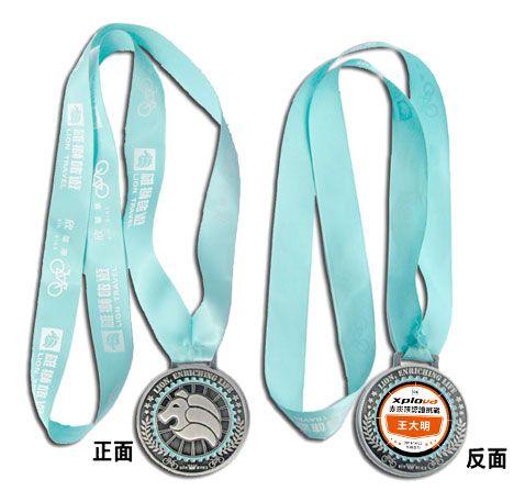 認證獎牌將放上您的大名,紀念價值倍增。(此為設計示意圖,將以現場贈品為主)