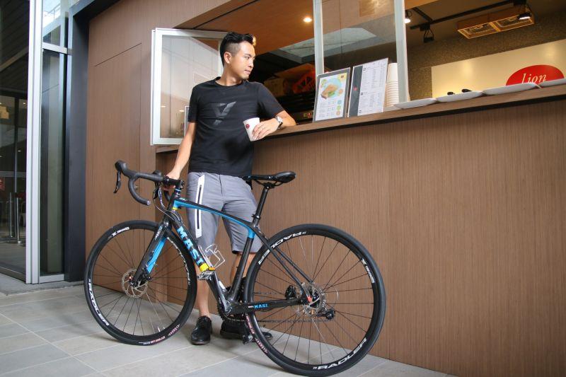 悠哉騎著單車,享受一杯香濃的咖啡,自由穿梭毫無限制。(劉宏勳攝)
