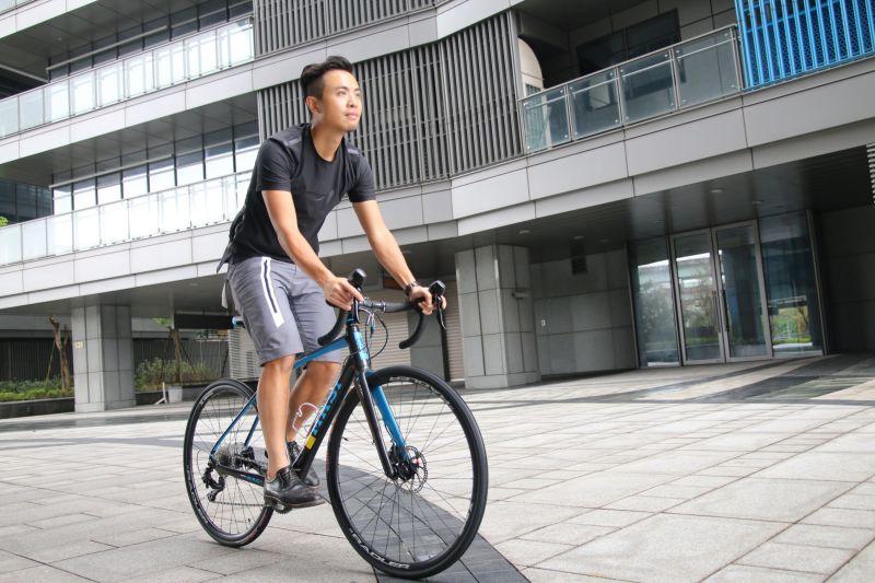 騎上單車,感受涼爽舒適的全新觸感,這個夏天似乎也沒那麼悶熱了!(劉宏勳攝)