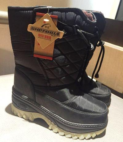 鞋子最好要專業的防滑+保暖,也可到當地購買。