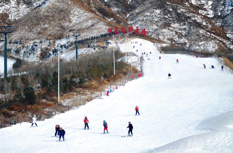 遼寧何家溝滑雪場遊樂主題眾多,滑雪泡湯還可享用海鮮。