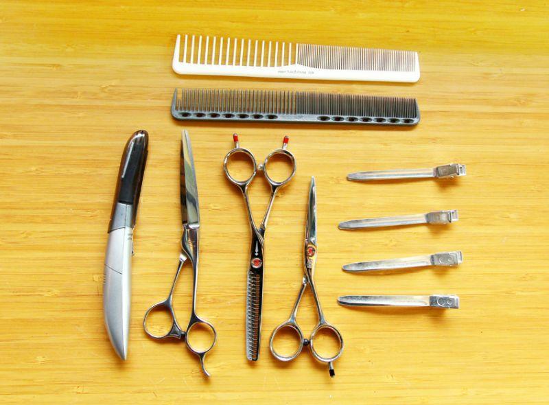 小巧的髮廊裡,理髮工具和髮品一應俱全。(陳德偉攝)