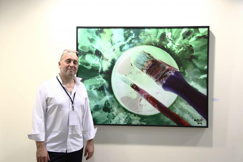 攝影藝術家卡佑民透過「負片」攝影創作已經十餘年,他以「圓」的型態作為最新創作的概念。圖攝/酸鼻子
